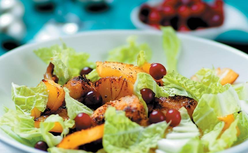 Siltie salāti  ar ananasu  un zivi citrona  un sojas mērcē