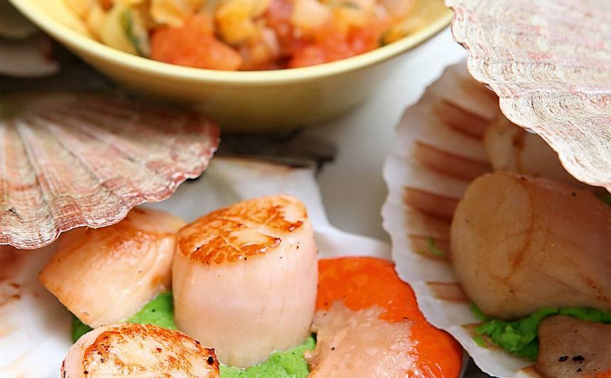 Jūras ķemmītes ar zaļo zirnīšu biezeni un salātiem recepte