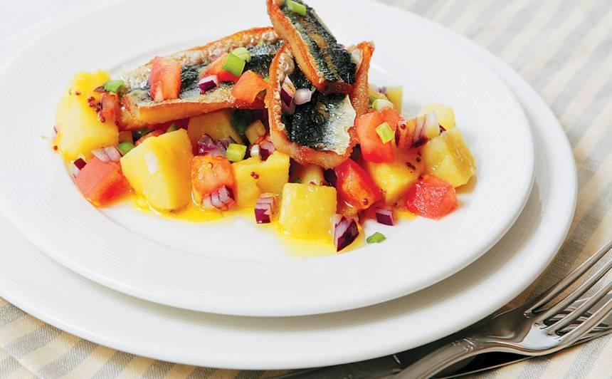 Siltie kartupeļu salāti ar ceptām reņģēm un sinepju mērci recepte