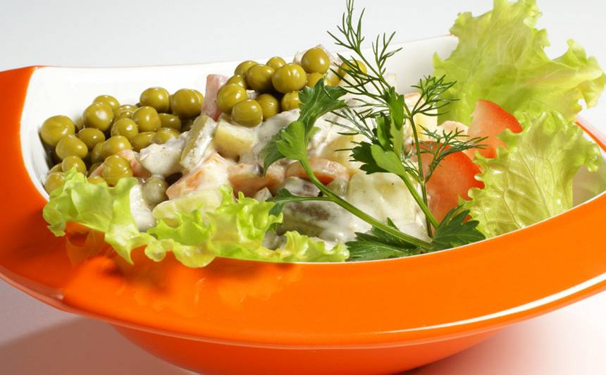Liellopu gaļas salāti ar zirnīšiem recepte