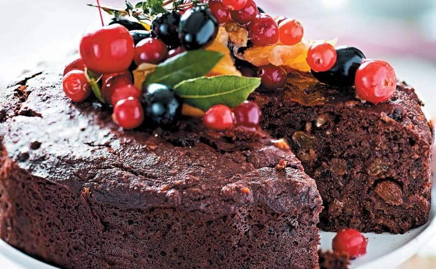 Tumšā mandeļu kūka ar datelēm un riekstiem recepte