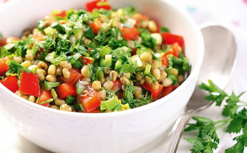 Salāti ar sarkano papriku un zaļumiem recepte