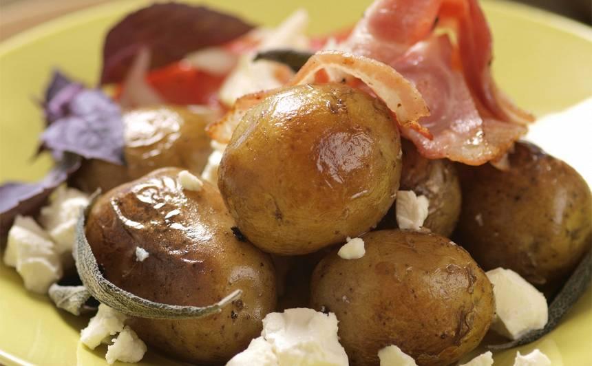 Jaunie kartupeļi ar fetas sieru un tomātu salātiem recepte