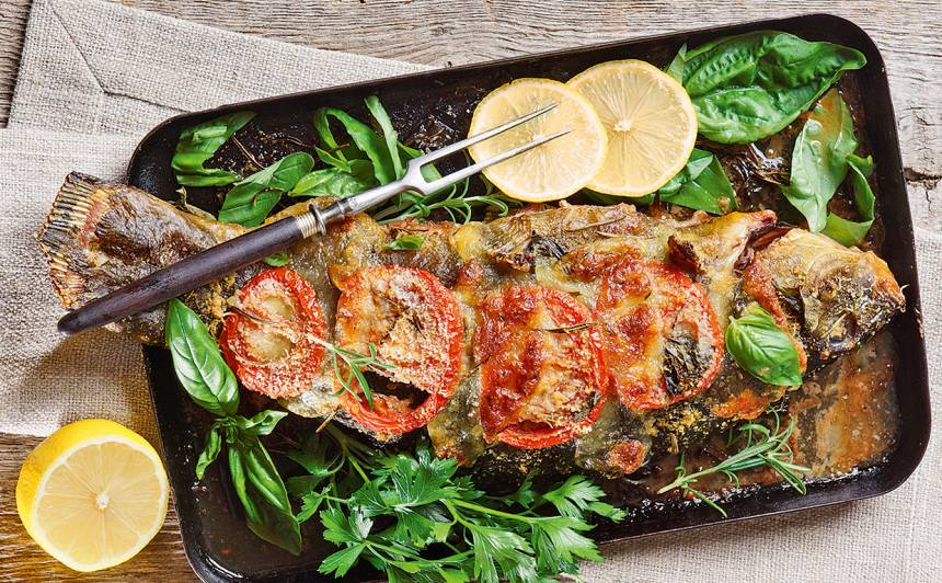 Cepta zivs ar tomātiem un mocarellu