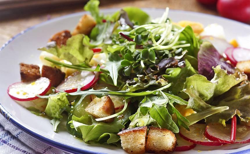 Salāti ar redīsiem un grauzdiņiem recepte