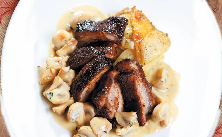 Cūkgaļa ar kartupeļu-ķirbju sacepumu un sēņu mērci recepte