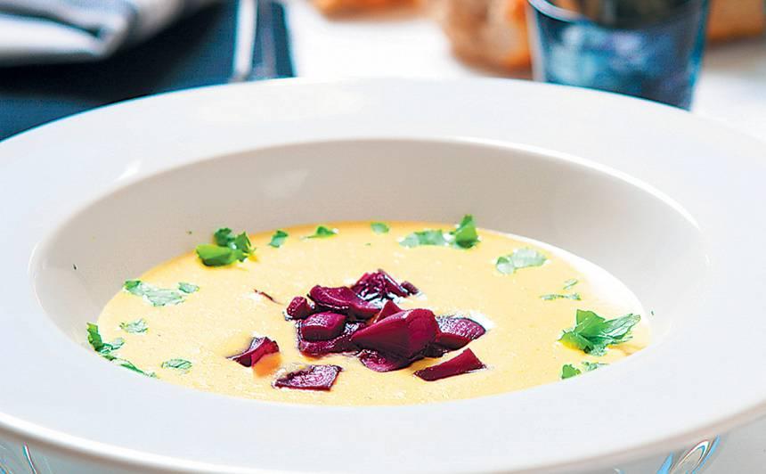 Zilā siera zupa ar vīna sīpoliem recepte