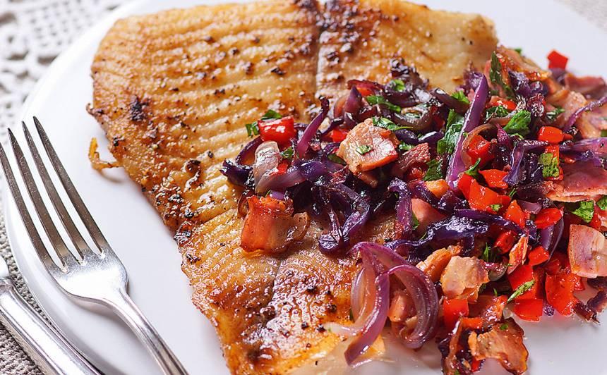 Cepta zivs fileja ar dārzeņiem un bekonu recepte