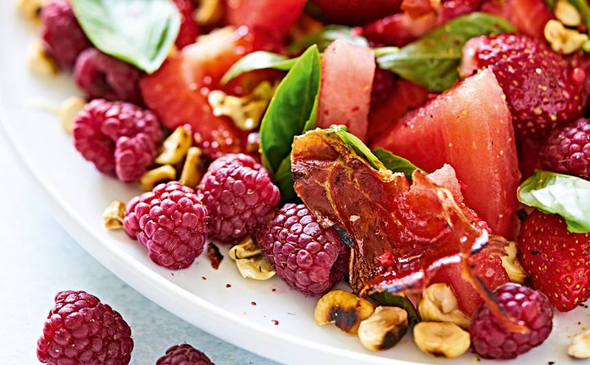 Arbūza un zemeņu salāti ar prošuto