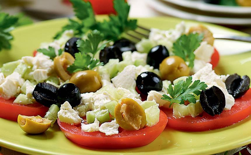 Tomātu salāti ar fetu un olīvām recepte