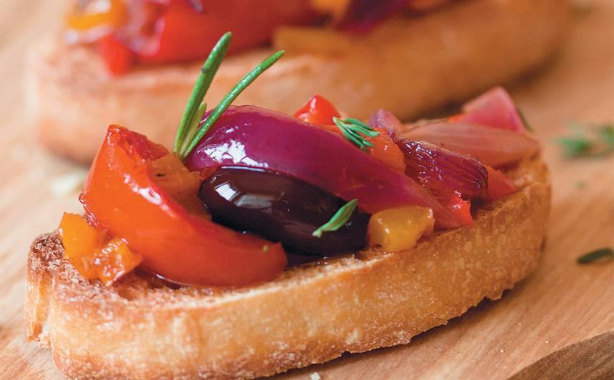 Brušetas ar tomātiem un olīvām recepte
