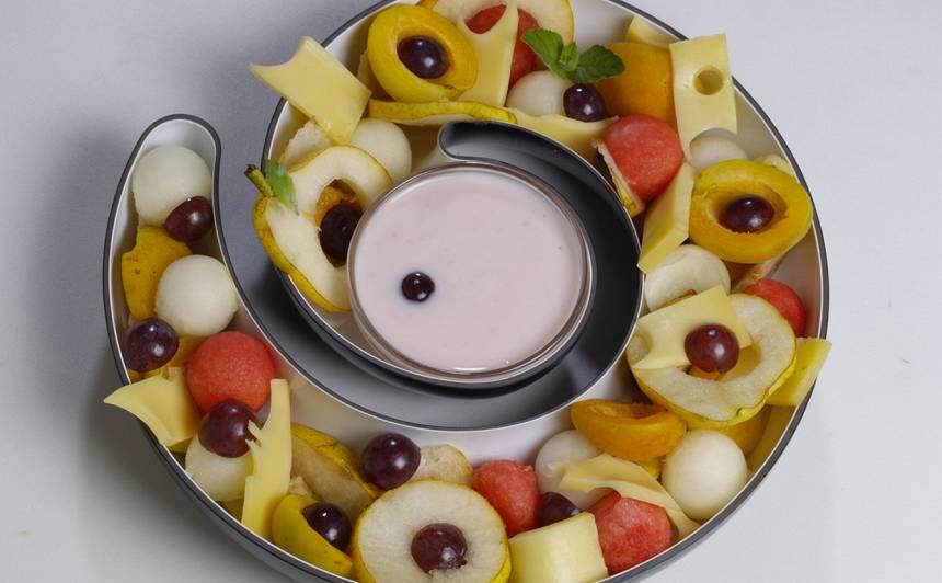 Arbūza, vīnogu Maasdam siera plate ar jogurta mērci recepte