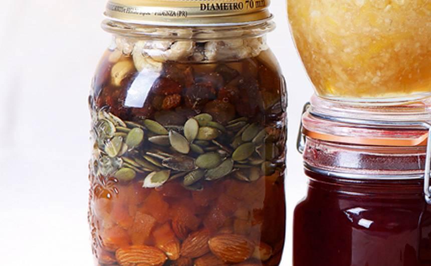 Medus ar riekstiem, sēkliņām un žāvētiem augļiem
