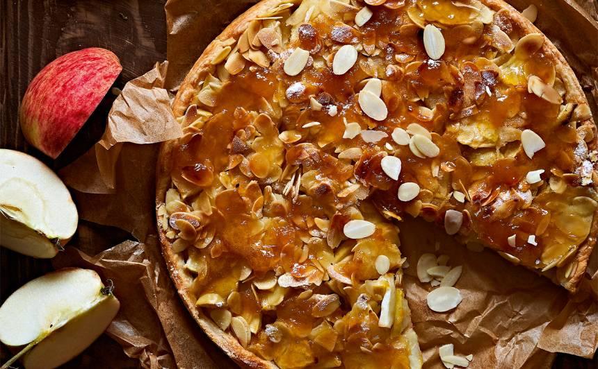 Ābolkūka ar mandeļu skaidiņām no kārtainās mīklas recepte