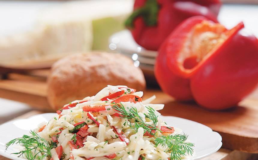 Baltā galviņkāposta salāti recepte