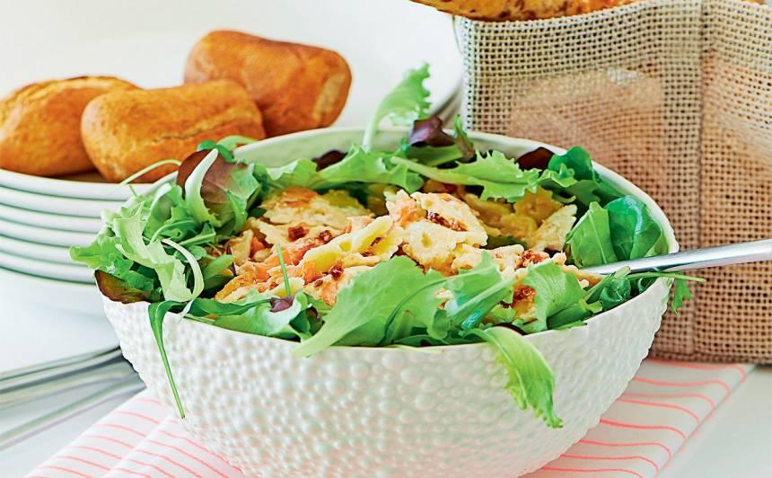 Farfalle salātu gultiņā recepte