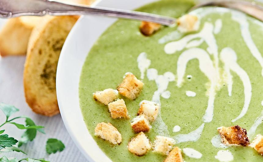 Lakšu zupa ar kartupeļiem un ķiploku grauzdiņiem