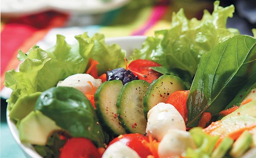 Jauktie salāti ar mocarellu recepte