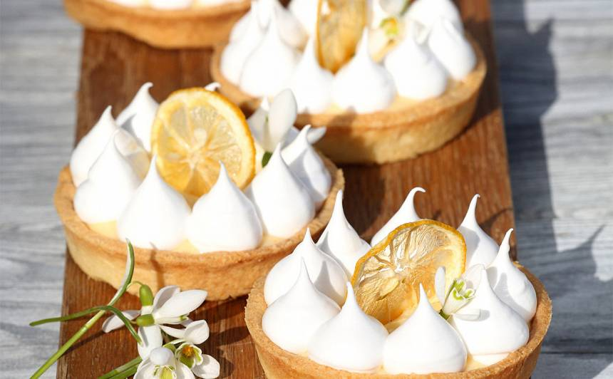 Citronu tarte ar meringas cepurītēm
