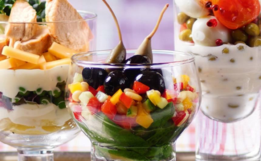 Jauktie salāti ar olīvām glāzē recepte