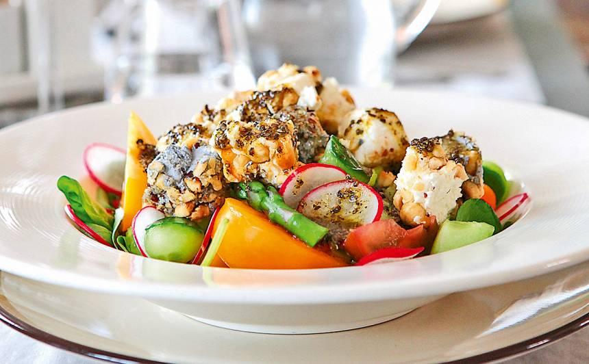 Sparģeļu salāti ar kazas sieru riekstu garozā recepte