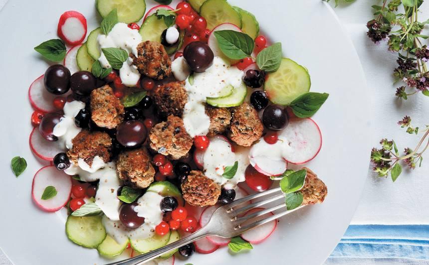 Salāti ar gaļas bumbiņām un ogām