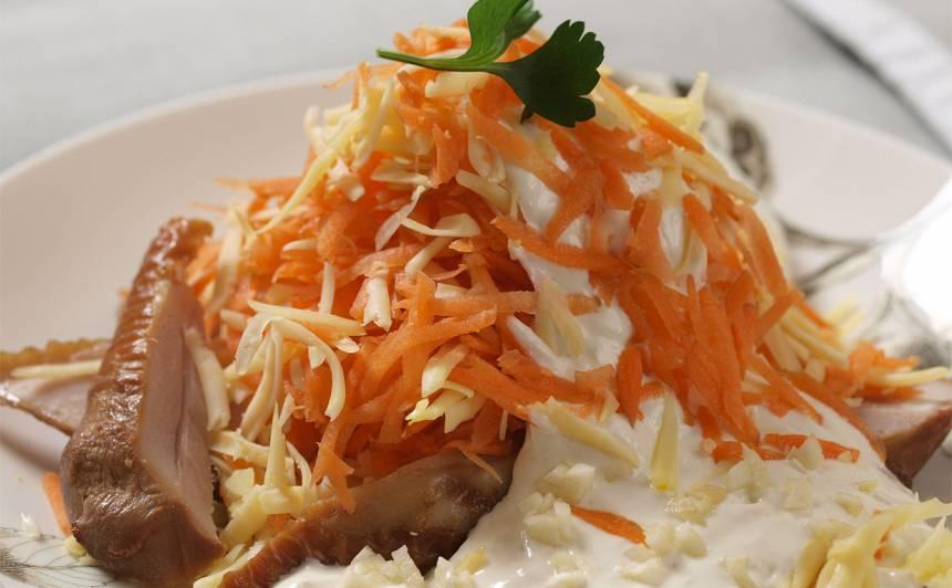 Kūpināta vista ar burkānu salātiem ķiploku mērcē recepte