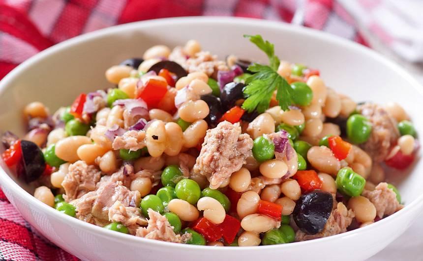 Pupiņu un zaļo zirnīšu salāti ar tunci recepte