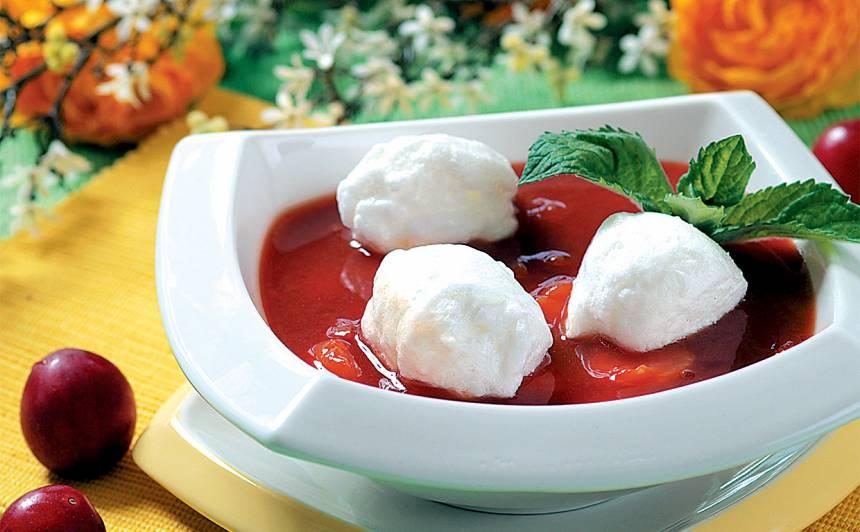 Plūmju zupa ar sniega bumbām recepte
