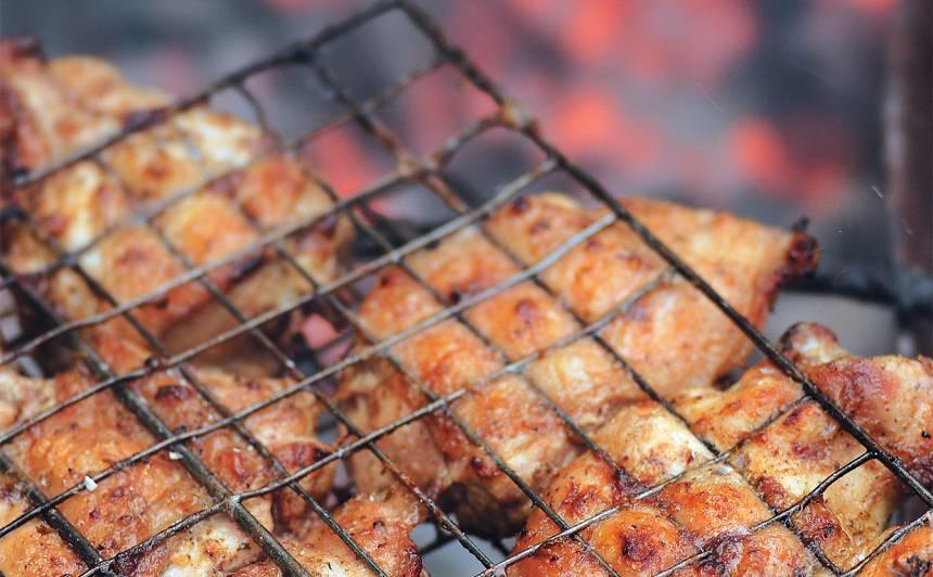 Uz oglēm cepta vistas gaļa