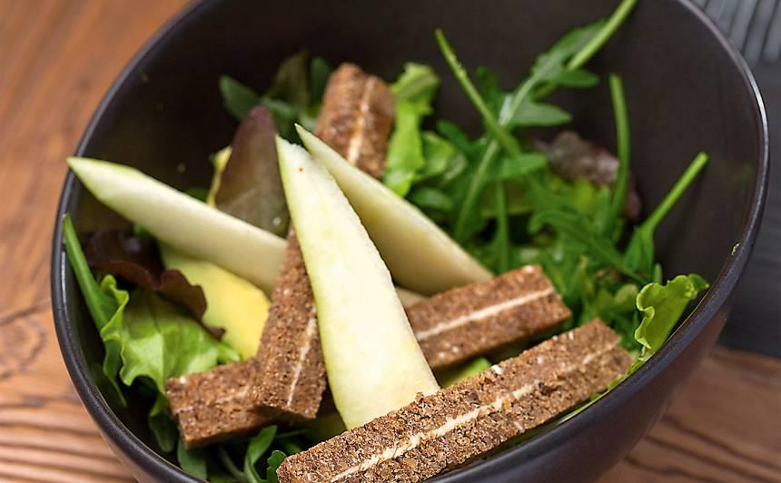 Zaļumu salāti ar avokado un sviestmaizēm