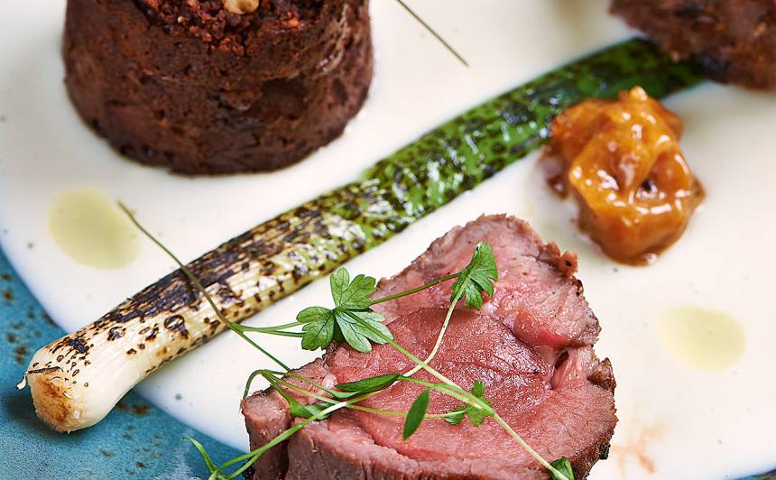Grilēts jēra kājas steiks ar šokolādes fondantu recepte