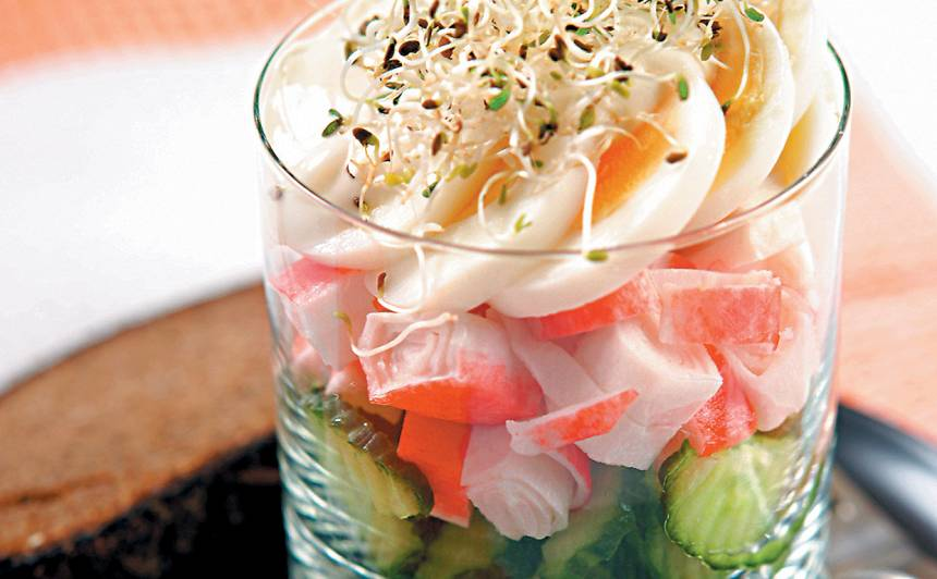 Salāti ar krabju nūjiņām, gurķi un olu recepte