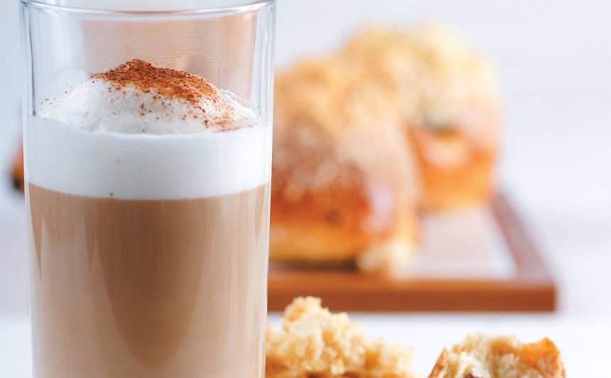 Kafija ar pienu un krējuma liķieri recepte