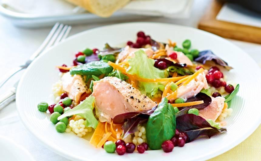 Laša, kuskusa un brūkleņu salāti recepte