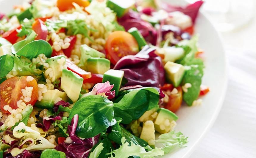 Zaļie salāti ar avokado un bulguru
