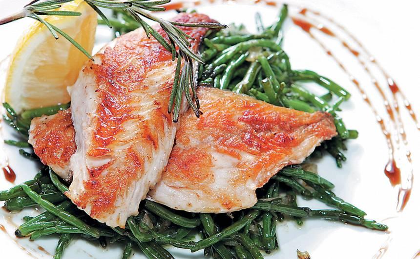 Grilēta doradas fileja ar salicorn jūras zāli recepte