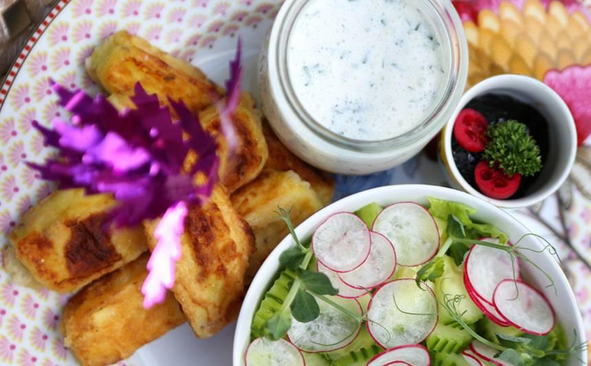 Panēts jāņu siers ar sīpolu ievārījumu un redīsu salātiem recepte