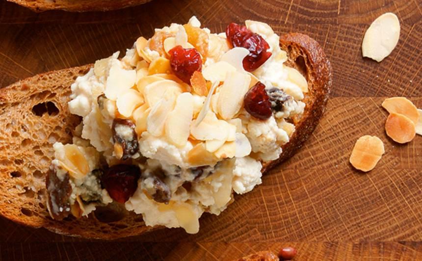 Brokastu biezpiens ar žāvētiem augļiem recepte