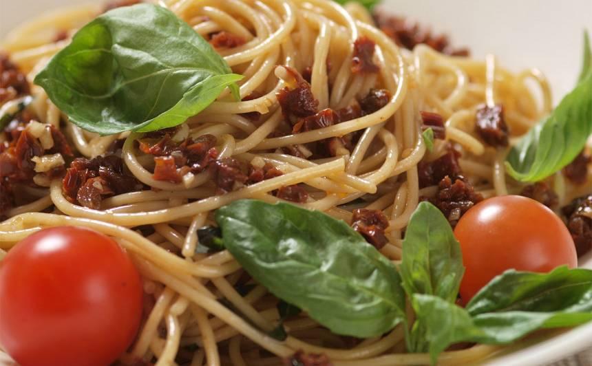 Spageti ar kaltētiem tomātiem un baziliku recepte