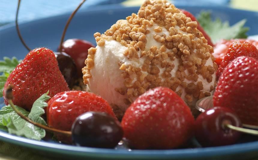 Saldējums riekstu drupačās ar augļiem rumā recepte