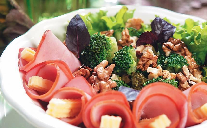 Brokoļu salāti ar šķiņķi recepte