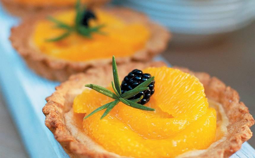 Kokospiena groziņi ar apelsīniem rozmarīna sīrupā