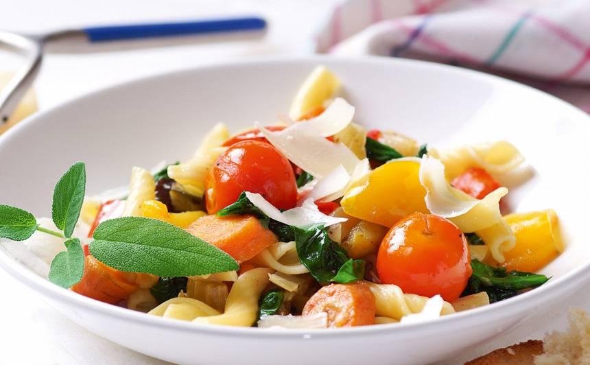 Dārzeņu sautējums ar spinātiem un makaroniem