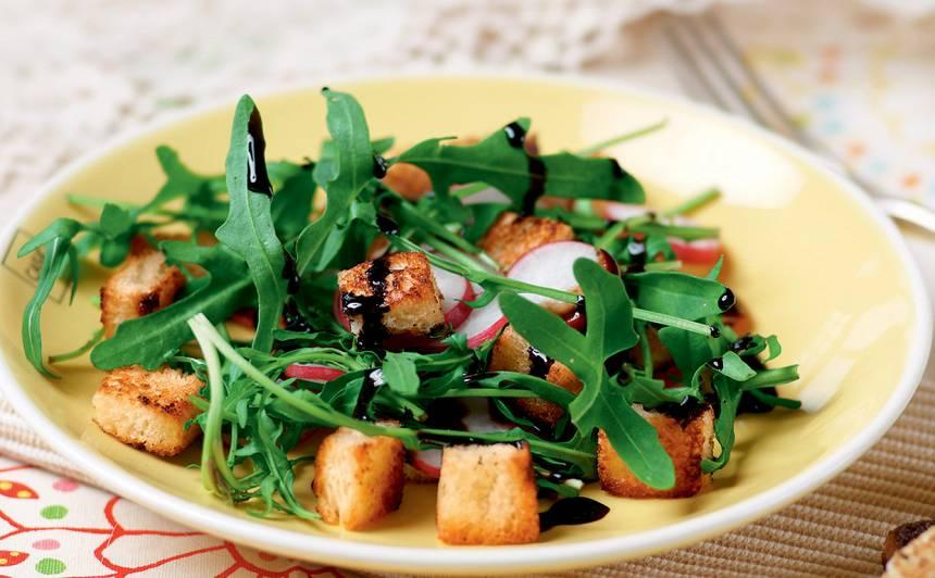 Rukola ar redīsiem un grauzdiņiem recepte