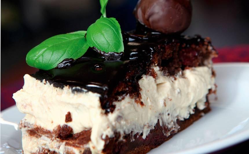 Šokolādes ķiršu kūka ar kapučīno krēmu