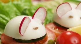 Vārīta ola ar tomātu un redīsu recepte
