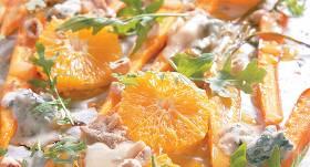 Karstie burkānu un apelsīnu salāti ar zilo sieru recepte