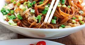 Rīsu nūdeles vokpannā ar vistu un dārzeņiem recepte