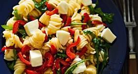 Makaroni ar sieru, rukolu un papriku recepte